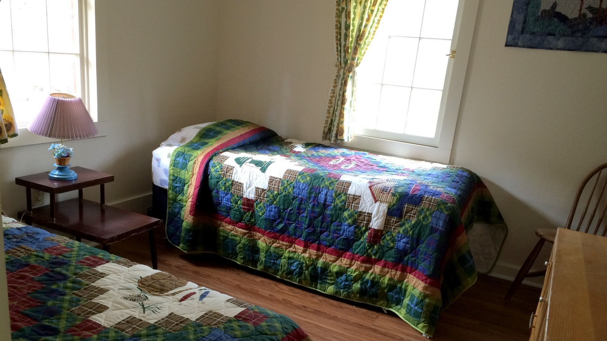 The back bedroom in Tall Pine cabin has 2 twin beds.